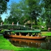 Varend en snorrend door Giethoorn met high tea.
